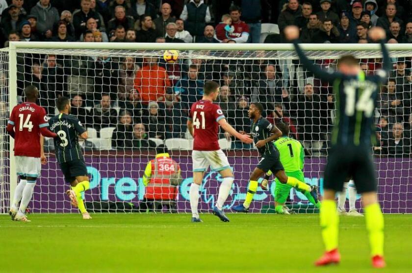 El delantero del Manchester City Raheem Sterling (C-d) celebra el segundo gol de su equipo ante el West Ham United. EFE/EPA