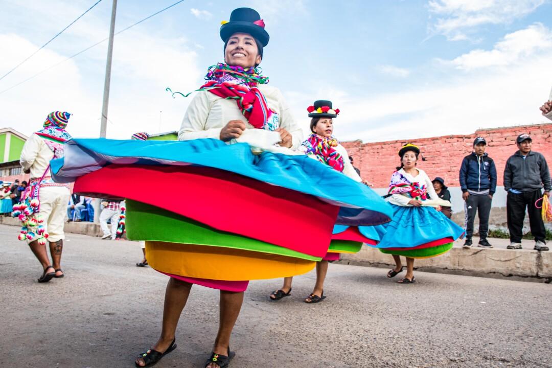 Hay participantes que llegan a ponerse hasta 30 polleras o faldas para sus presentaciones y así bailan por varias horas sin parar.