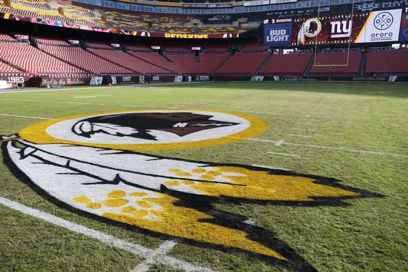 El logotipo de los Redskins de Washington se ve en el estadio FedEx