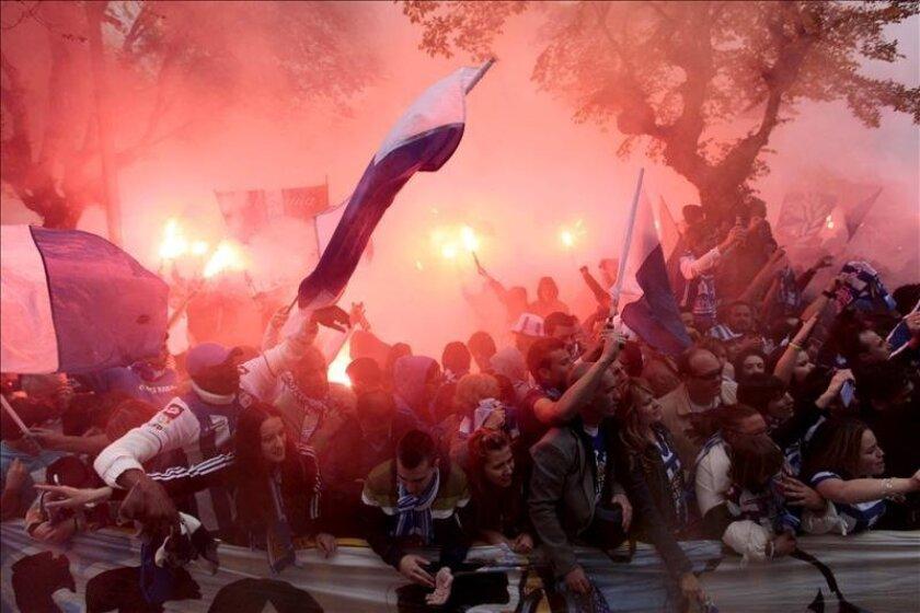 Aficionados del Deportivo de La Coruña reciben a su equipo a su llegada esta tarde al estadio de Riazor, antes del partido de la última jornada de Liga que le enfrentó a la Real Sociedad en A Coruña. EFE