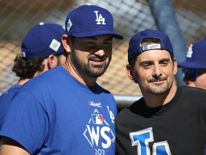 Adrian Gonzalez (c), primera base, liberado por los Bravos de Atlanta luego de que los Dodgers de Los Ángeles lo canjearan. EFE/Archivo