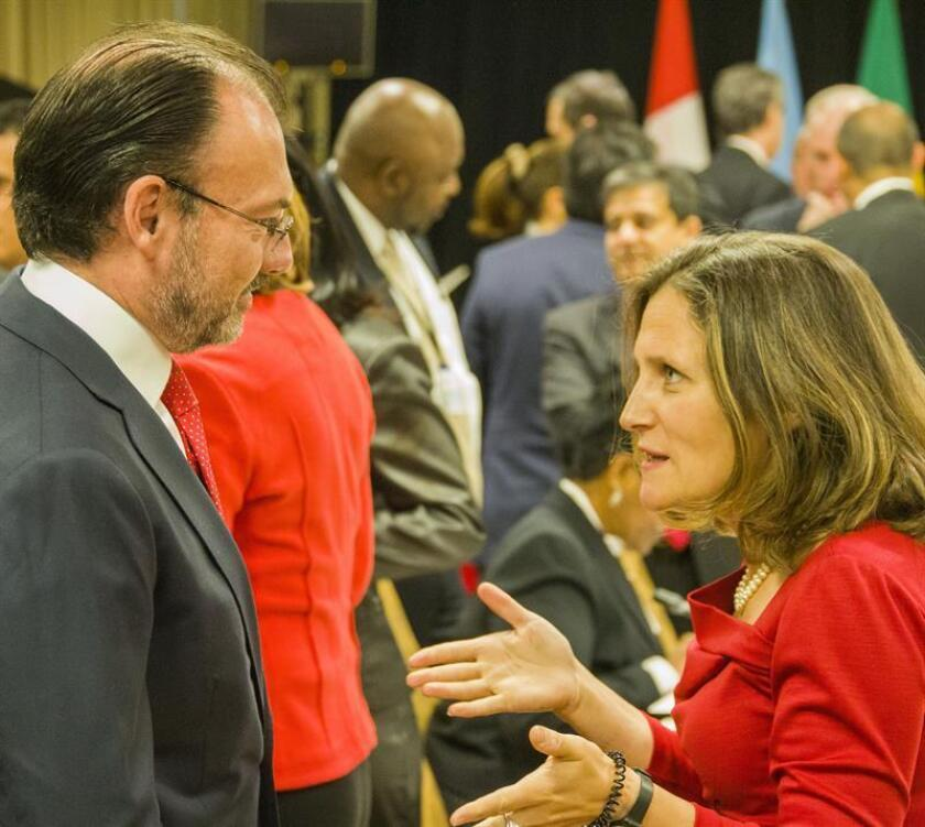 Los cancilleres de México y de Canadá, Luis Videgaray y Chrystia Freeland, acordaron hoy reforzar los lazos binacionales e impulsar el desarrollo de Norteamérica, informó la Secretaría de Relaciones Exteriores (SRE), un día antes de que ambos se reúnan con el secretario estadounidense de Estado, Rex Tillerson. EFE/ARCHIVO