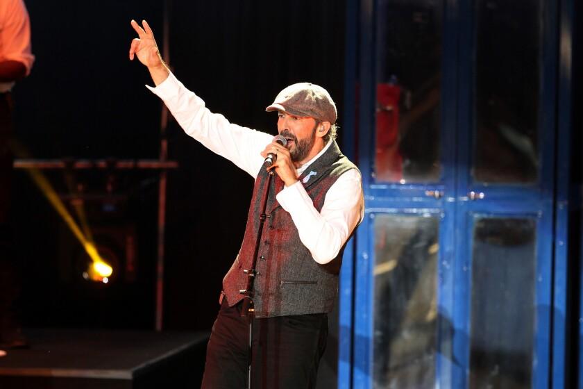 """Juan Luis Guerra 4.40 durante su presentación """"Todo Tiene Su Hora Tour"""" en el Greek Theater (Photo by © Fanny Garcia/DDPixels.com)"""