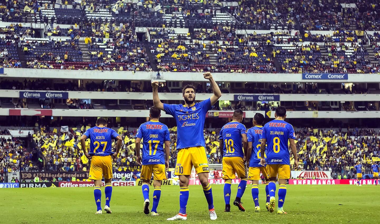 Andre-Pierre Gignac celebra tras anotarle al América el 2-0; los Tigres dieron cátedra de futbol en el Estadio Azteca.
