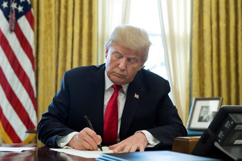 """El presidente, Donald Trump, afirmó hoy que firmará """"la próxima semana"""" aranceles del 25 % a las importaciones de acero y 10 % a las aluminio de algunos países, y que estarán en vigor """"por un largo periodo de tiempo"""". EFE/EPA/Archivo"""