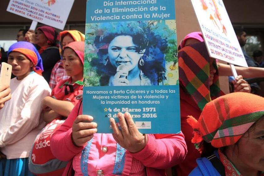 Protesta convocada por los Integrantes del Consejo Cívico de Organizaciones Populares e Indígenas de Honduras (Copinh) el pasado mes de marzo en Tegucigalpa para exigir justicia por el asesinato de la ambientalista hondureña Berta Cáceres. EFE/Archivo