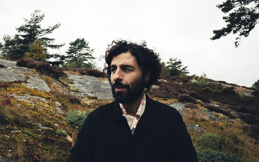 """El cantante José González en Bohuslän, Suecia el 12 de septiembre de 2021. González lanzó su álbum """"Local Valley"""" el 17 de septiembre de 2021. (Hannele Fernström via AP)"""