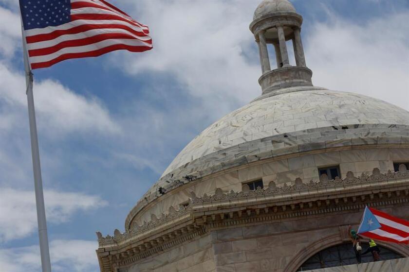Ondean las banderas de Estados Unidos y Puerto Rico. EPA/Thais Llorca