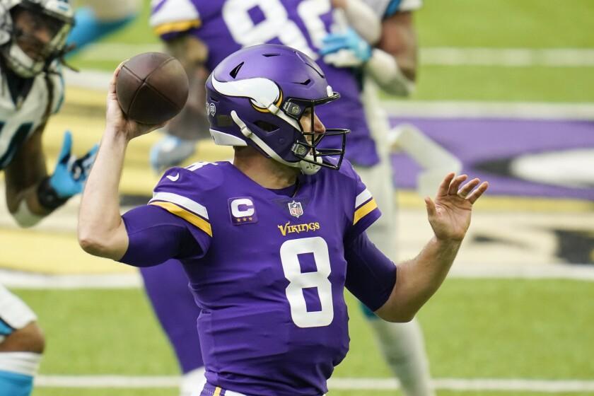 El quarterback de los Vikings de Minnesota Kirk Cousins lanza un pase en la primera mitad del juego ante los Panthers de Carolina del 29 de noviembre del 2020. (AP Photo/Jim Mone)