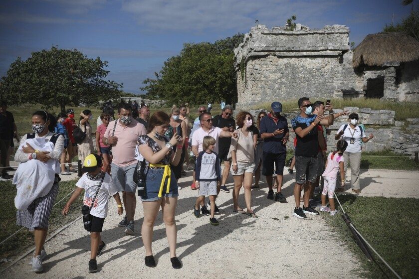 Fotografía de archivo del 5 de enero de 2021 de turistas en las ruinas mayas de Tulum, estado de Quintana Roo, México. (AP Foto/Emilio Espejel, Archivo)