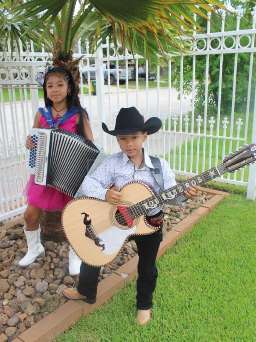 Estos niños residentes en Houston (Texas) piden una reforma migratoria a través del grupo musical que formaron con el apoyo de sus padres, Ricardo e Indira Rivera, y que llamaron Los Luzeros de Rioverde.