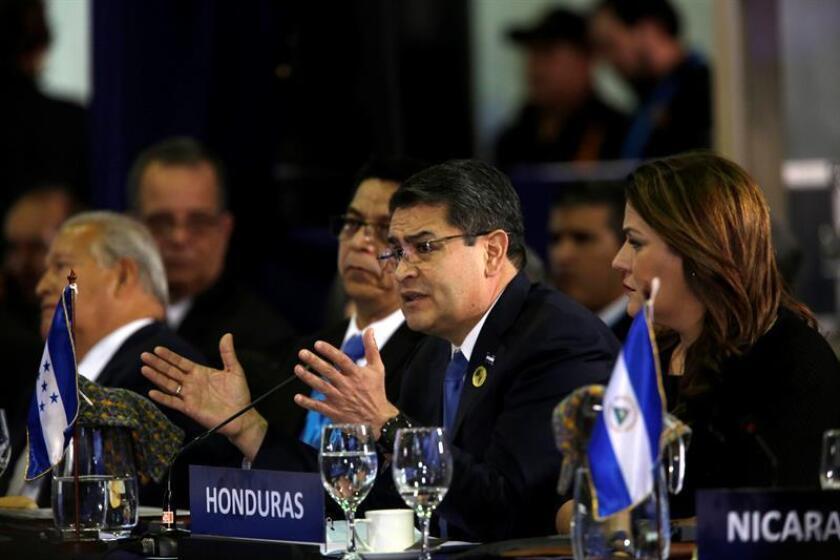 El presidente de Honduras, Juan Orlando Hernández, pronuncia un discurso en la sesión plenaria de jefes de estado en la XXVI Cumbre Iberoamericana, hoy, en Antigua, Guatemala. EFE