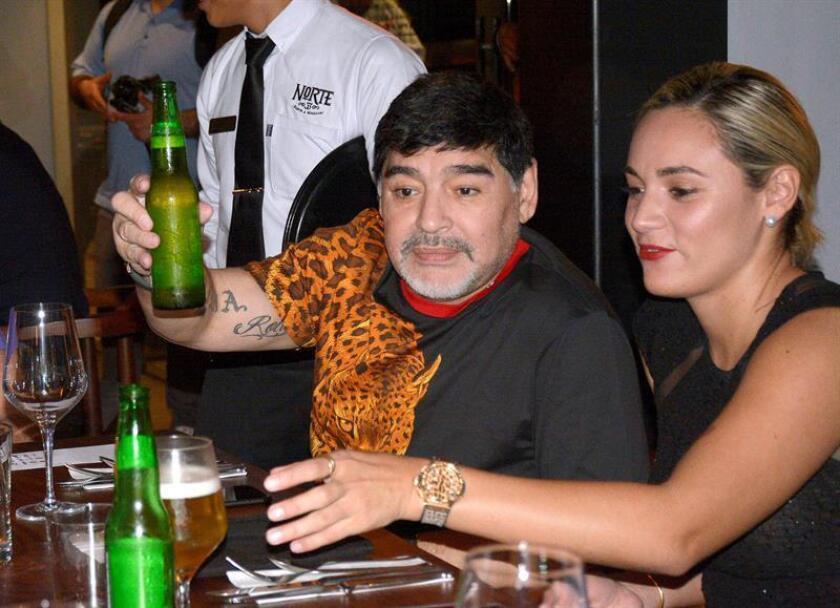 El exfutbolista argentino Diego Armando Maradona (c), técnico de los Dorados de Sinaloa de la Liga de Ascenso del fútbol mexicano, y su novia Rocío Oliva (d), asisten a una cena en el restaurante Norte 33 en la ciudad de Culiacán, capital del estado Sinaloa (México). EFE/Archivo