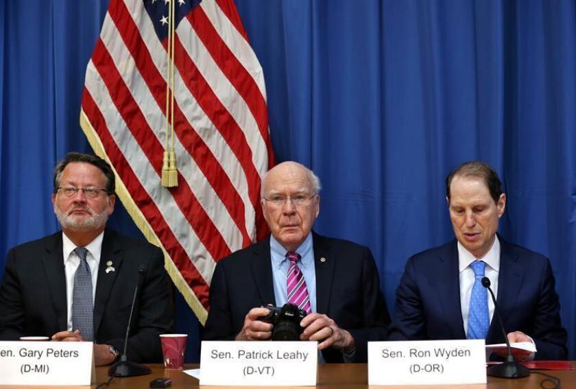 Los senadores estadounidenses Patrick Leahy, por el estado de Vermont (c); Gary Peters (i), por Michigan, y Ron Wyden (d), por Oregón, asisten a una rueda de prensa junto a otros senadores y representantes hoy, miércoles 21 de febrero de 2018, en la embajada de Estados Unidos, en la Habana (Cuba). EFE