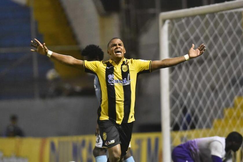 Rony Martínez, del Real España, fue registrado este sábado al celebrar un gol que le anotó al Real de Minas, durante un partido del Campeonato Clausura de la Liga Nacional de fútbol en Honduras, en el Estadio Francisco Morazan de San Pedro Sula. EFE