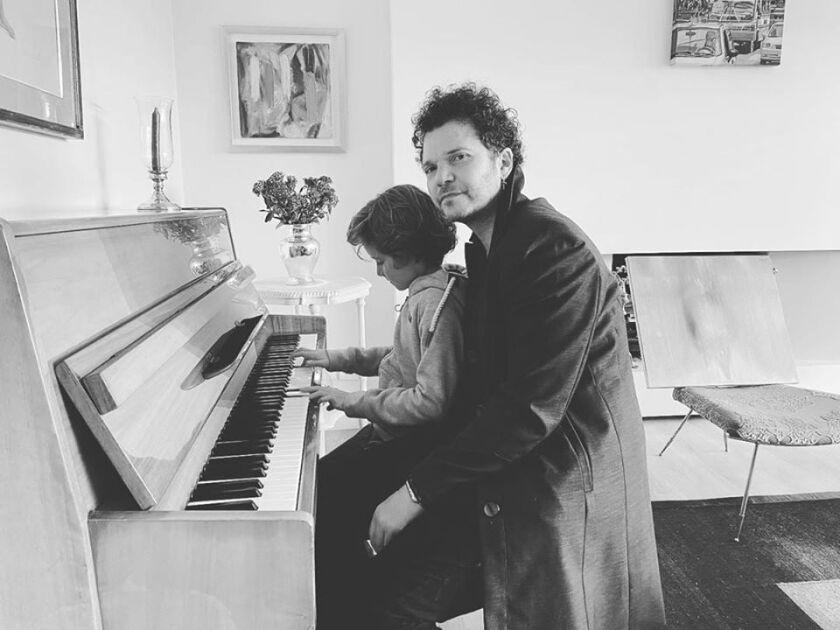 El cantante colombiano al lado de su hijo en una imagen difundida en sus cuentas de las redes sociales.