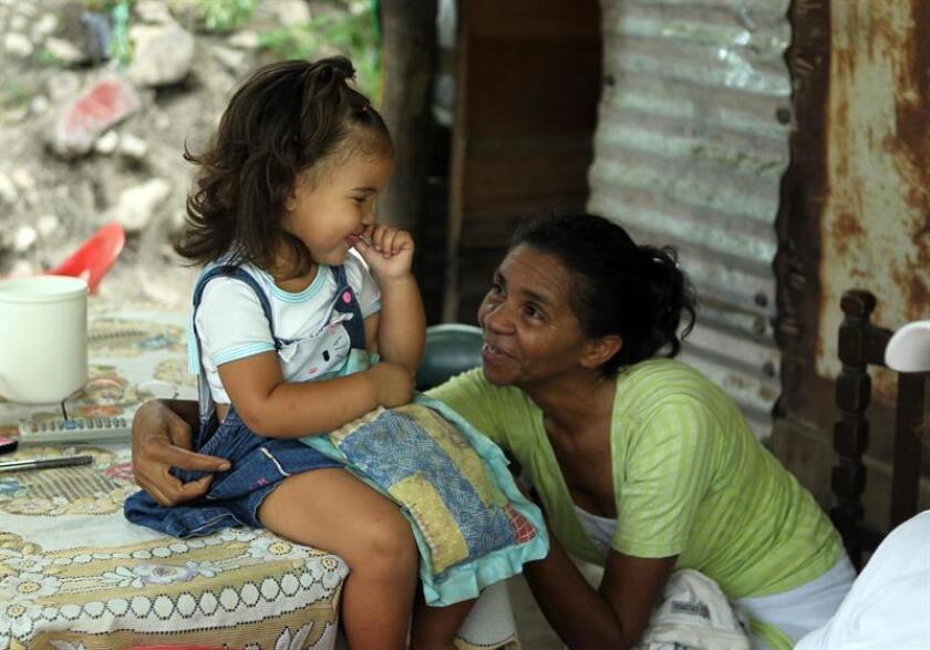 Fotografía que muestra a una niña y una mujer, refugiadas en Colombia. EFE/Archivo