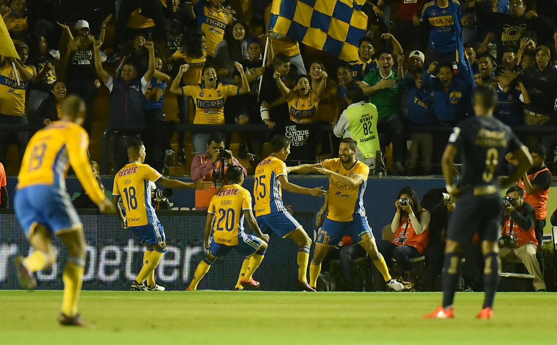 El ariete francés André-Pierre Gignac (d) marcó TRES GOLES y los Tigres lucieron aplastantes en casa, para humillar 5-0 a los Pumas, con lo que sellaron su pasaje a semifinales de la liguilla del torneo Apertura mexicano, en el estadio Universitario de Monterrey.