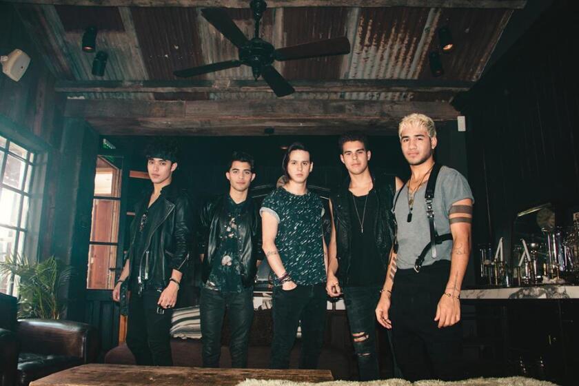 """Los integrantes de la 'boy band' CNCO posan en medio del lugar empleado para el rodaje de su nuevo video, dedicado al tema """"Fiesta en mi casa""""."""