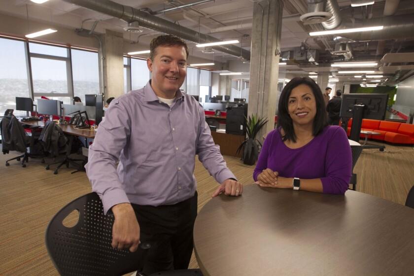Mark Field, jefe tecnológico y vicepresidente de servicios informáticos de Thermo Fisher Scientific posa en la oficina de Tijuana con Margarita Andonaegui, encargada de desarrollo de la empresa.