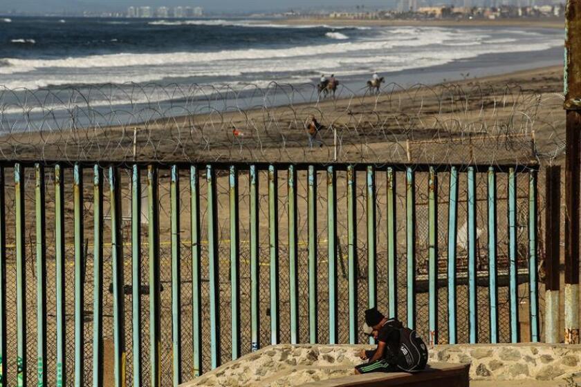 El Gobierno de EE.UU. decidió hoy cerrar el puesto fronterizo de San Ysidro, entre San Diego y Tijuana (México), después de que cientos de migrantes centroamericanos rompieran un cerco de la policía mexicana con la intención de entrar ilegalmente al país, informaron fuentes oficiales. EFE/Archivo