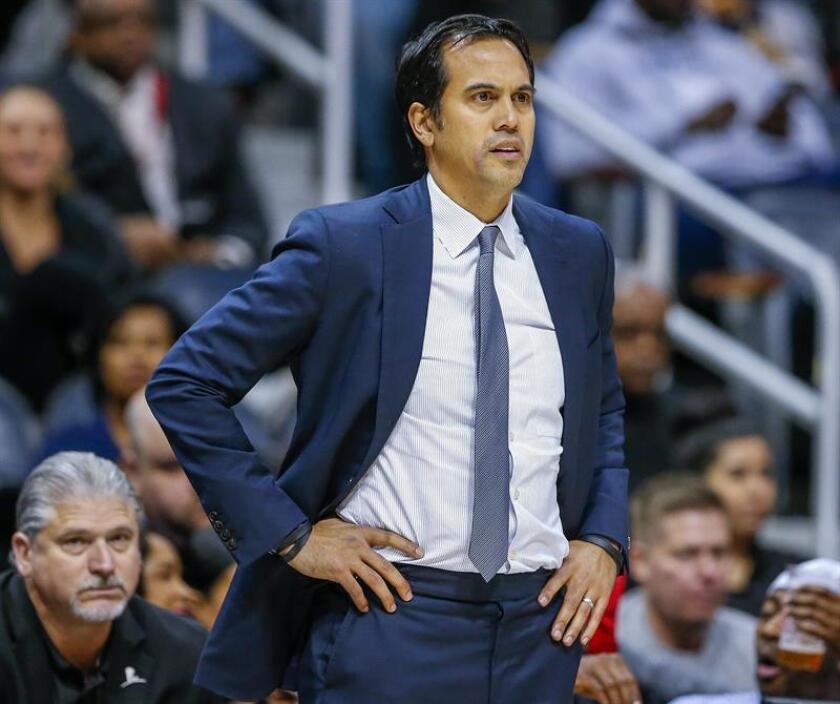 El entrenador del Heat de Miami, Erik Spoelstra, cuyo equipo jugará este sábado ante los Nets de Brooklyn, pidió hoy no olvidar a los damnificados del sismo del 19 de septiembre, que tan sólo en esta capital dejó alrededor de 25.000 personas con afectaciones en su casas. EFE/ARCHIVO