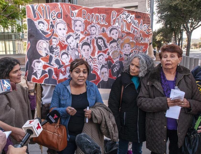 Araceli Rodríguez (2i), madre del joven asesinado José Antonio Elena Rodríguez, y su abuela Taide Elena (d) hablan junto a la abogada Isabella García. EFE/Archivo