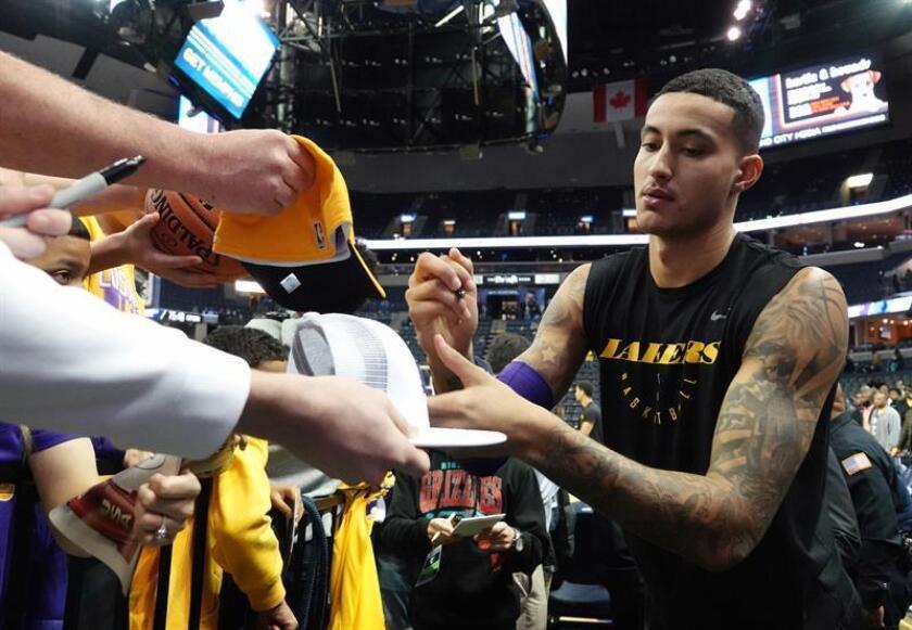 El jugador Kyle Kuzma de Los Ángeles Lakers firma autógrafos antes de un juego de la NBA. EFE/Archivo