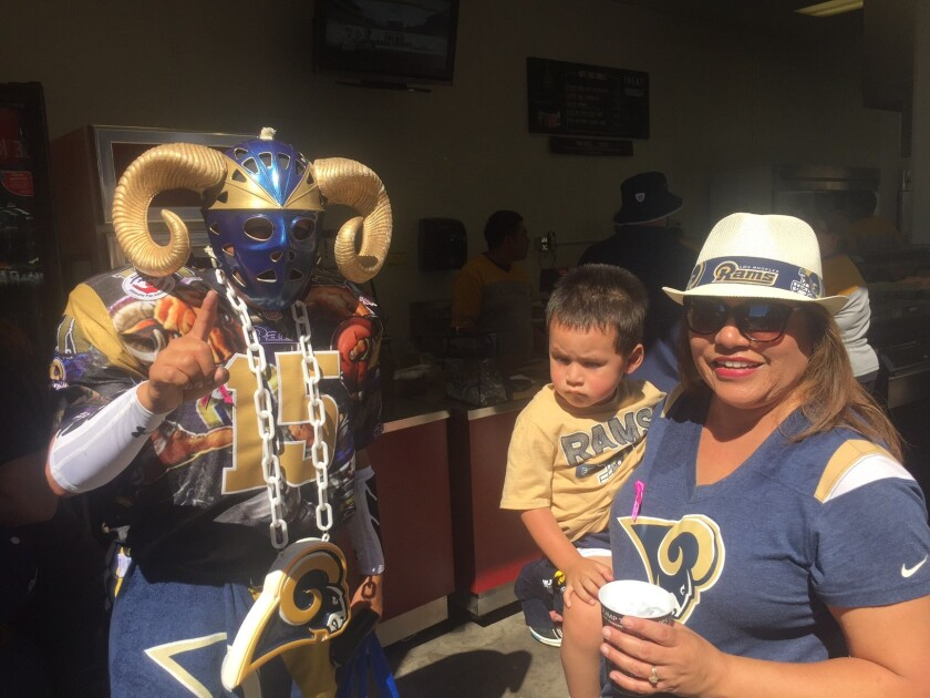 La familia Castañeda viajó desde el Condado de Orange para apoyar a su equipo en el Coliseo de L.A.