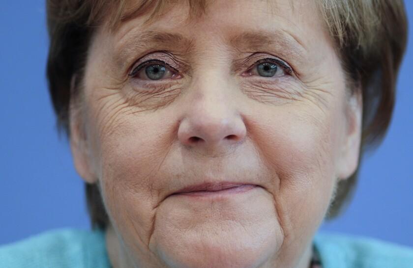 La canciller de Alemania Angela Merkel sonríe durante su conferencia de prensa anual en Berlín