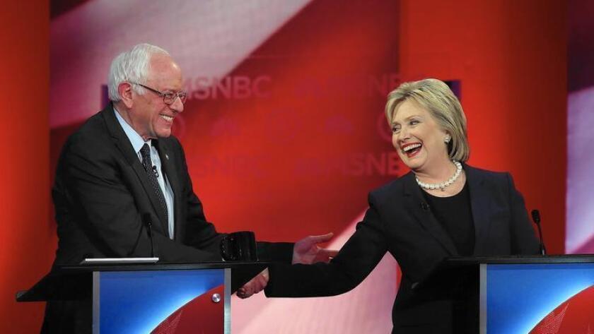 Los únicos candidatos demócratas aún en juego, Bernie Sanders y Hillary Clinton, comparten un saludo amistoso durante un acalorado debate en Durham, New Hampshire.