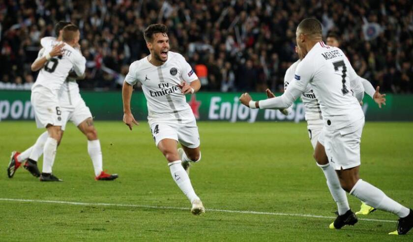 Juan Bernat (c) del París Saint Germain celebra luego de anotar un gol contra el Liverpool FC, durante un partido de Liga de Campeones de la UEFA, en el estadio Parc des Princes, en París (Francia). EFE