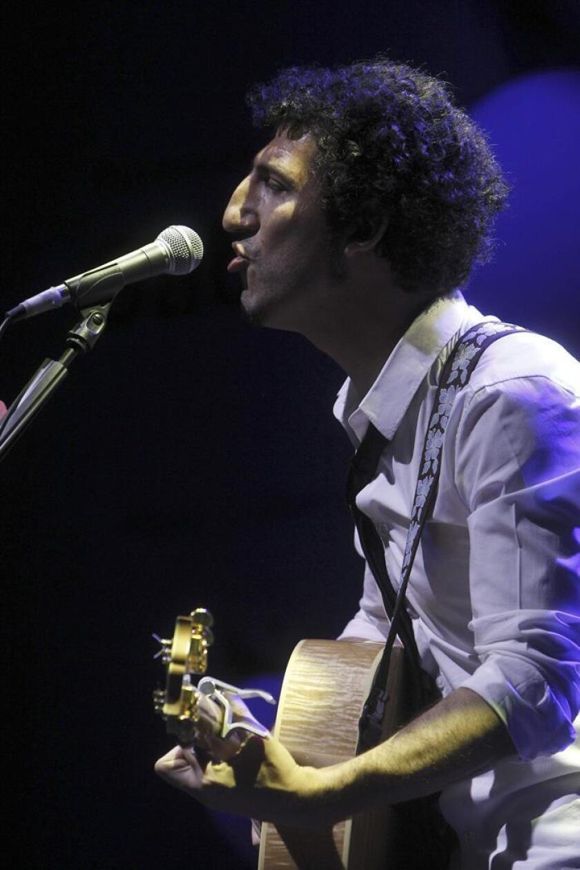 Fotografía de archivo fechada el 12 de julio de 2013 que muestra al cantautor Marwan mientras actúa en un concierto en el Teatro Circo Price de Madrid (España). EFE