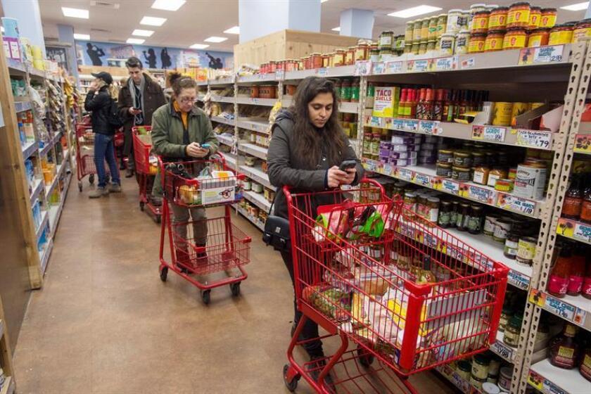 Varias personas en un supermercado de Washington, Estados Unidos. EFE/Archivo