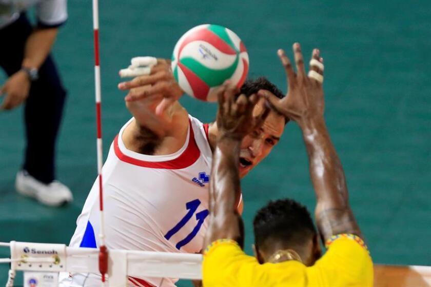 Maurice Torres (atrás) de Puerto Rico pasa un balón en la final de voleibol entre Colombia y Puerto Rico en los XXIII Juegos Centroamericanos y del Caribe 2018 en Barranquilla (Colombia). EFE