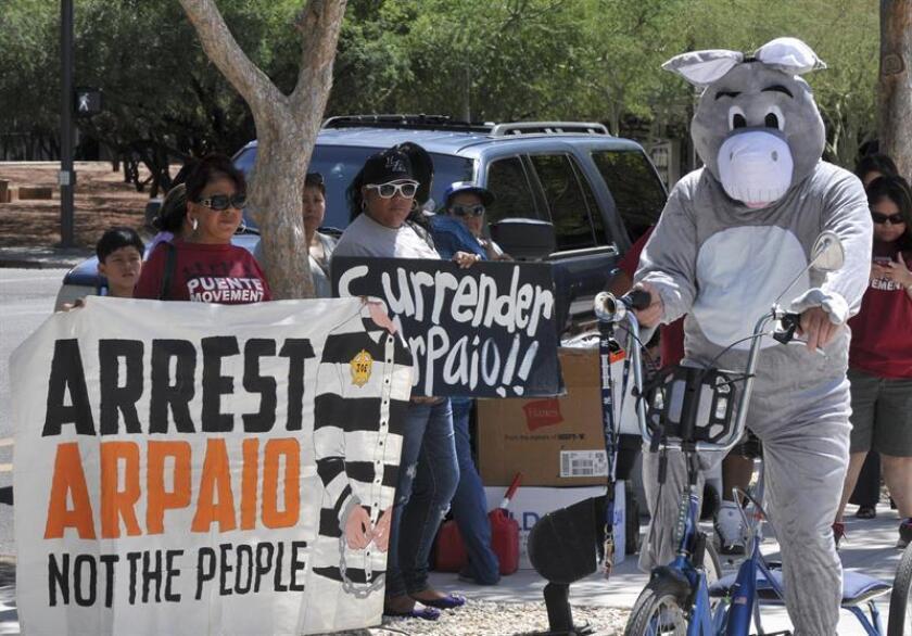 Joe Arpaio, alguacil del condado de Maricopa (Arizona), acudió hoy por primera vez a la corte después de que un juez federal le declarase en desacato en el caso de prácticas de discriminación racial en contra de latinos.