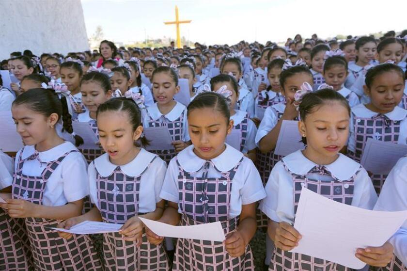 """Niños de primaria participan en una lectura colectiva, este viernes en la ciudad de Gómez Palacio, en el estado de Durango (México). Medio millón de niños de escuelas de nivel básico del noreste de México rompieron este viernes un récord de lectura colectiva leyendo un capítulo del libro """"México Insurgente"""" del periodista estadounidense John Reed. EFE"""