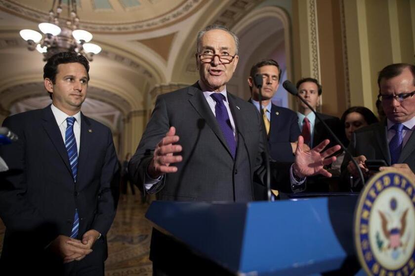 El líder de la minoría del Senado, el demócrata Chuck Schumer (c). EFE/Archivo
