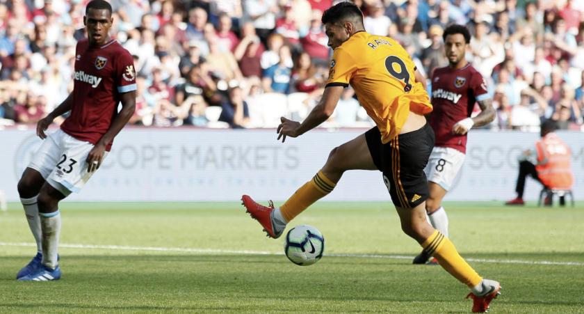 Raúl Jiménez (c) falla una oportunidad de gol ante el West Ham.