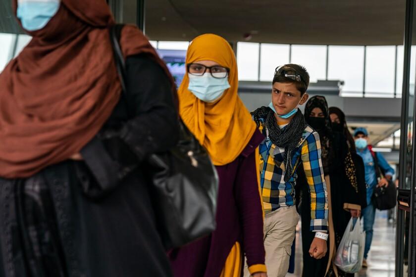 تعدادی از پناهندگان ، برخی با ماسک صورت