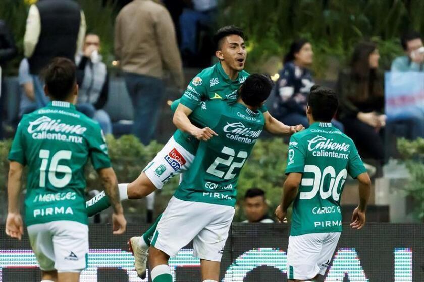 El jugador de León Ángel Mena (arriba) celebra una anotación este sábado durante un partido de la jornada seis del Torneo Clausura 2019 realizado en el Estadio Azteca en Ciudad de México. EFE/Archivo