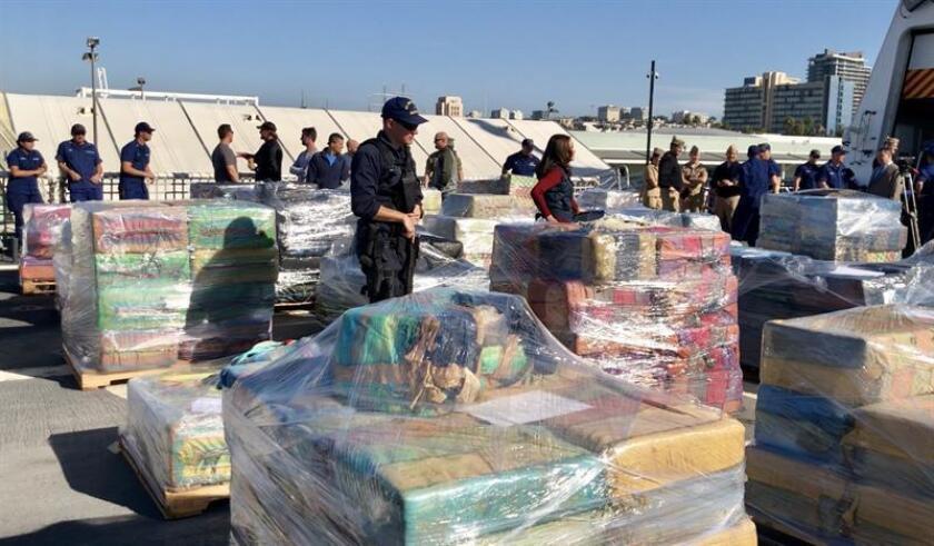 Agentes de la Guardia costera estadounidense descargan un cargamento de 47 mil libras de cocaína con un valor en las calles de 721 millones de dólares, que fue decomisado en 23 operativos de agencias estadounidenses y canadienses, en el puerto de San Diego, California (EE.UU.). EFE/Archivo