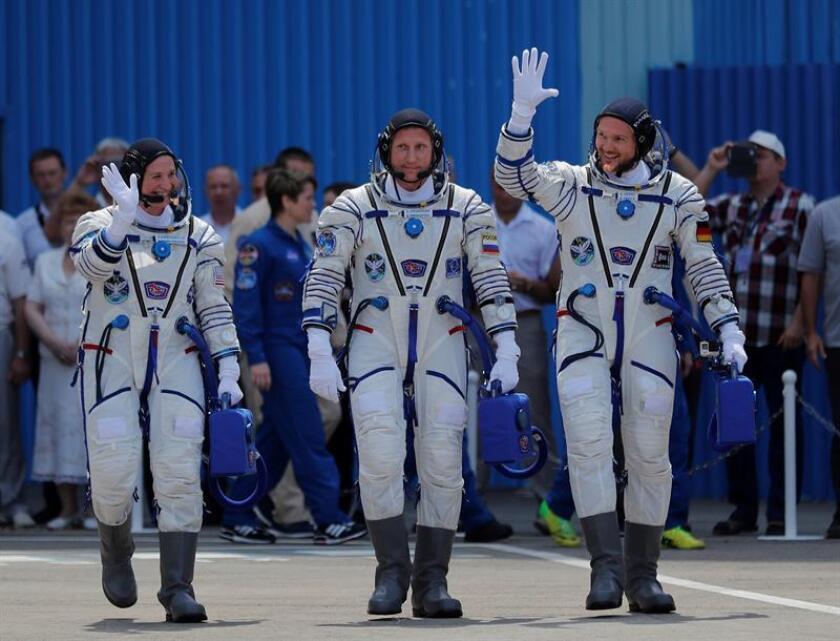 Los integrantes de la expedición 56-57 a la Estación Espacial Internacional (EEI), la astronauta de la NASA Serena Aunon-Chancellor (i), el astronauta de la ESA Alexander Gerst (d) y el astronauta de la Agencia Espacial Federal Rusa Sergey Prokopyev se despiden antes de la ceremonia de lanzamiento de la Soyuz MS-09 desde el cosmódromo de Baikonur en Kazajistán. EFE/Archivo