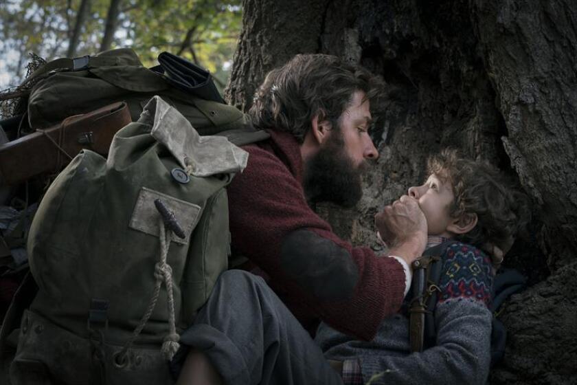 """Fotograma cedido donde aparece el actor John Krasinski (i) como Lee y el niño Noah Jupe (d) como Marcus Abbott, durante una escena de la cinta de suspenso """"A Quiet Place"""". EFE/Jonny Cournoyer/Paramount Pictures/SOLO USO EDITORIAL/NO VENTAS"""