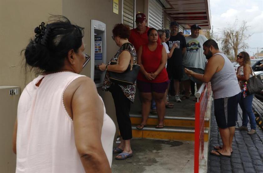 Un grupo de personas hace fila para sacar efectivo en una cajero automático en San Juan (Puerto Rico). EFE/Archivo