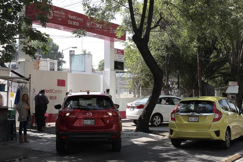 Un vehículo permanece afuera de un verificentro en la Ciudad de México. EFE/Archivo