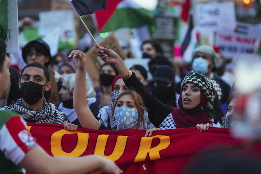 Miles de activistas que apoyan a los palestinos marchan durante una protesta en Nueva York