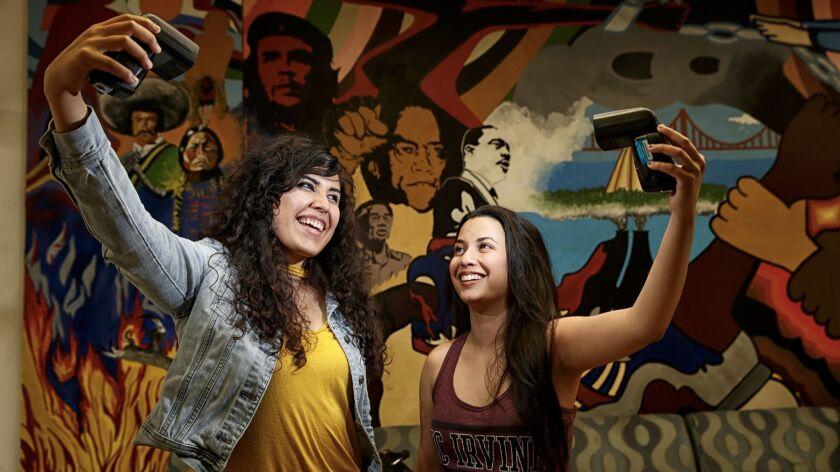 Angela Vera (i) y Daniela Estrada son parte de la población Latina en crecimiento en UCI (Robert Gauthier/Los Angeles Times).