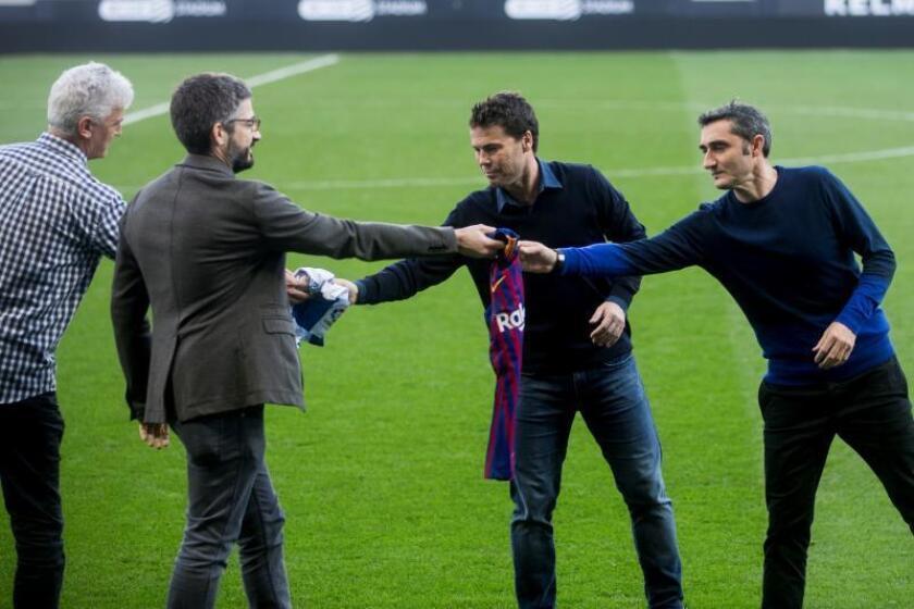 El entrenador del RCD Espanyol, Rubi (2d), y el entrenador del FC Barcelona, Ernesto Valverde (d), en la tradicional foto realizada con motivo del clásico que ambos equipos disputarán mañana en el estadio de Cornellà-El Prat. EFE