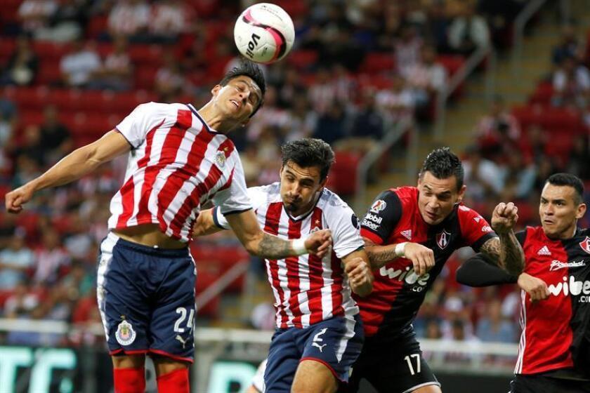 Las Chivas de Guadalajara y las Águilas del América, los dos equipos más emblemáticos del fútbol mexicano, jugarán mañana como visitantes en el debut de ambos en el torneo Clausura 2018 en el que han apostado a ser protagonistas. Carlos Cisneros (1) y Oswaldo Alanis (2) de Chivas. EFE/ARCHIVO